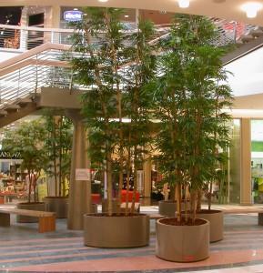 Stora konstgjorda växter med äkta stammar
