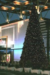 Stor plastgran utomhus med dekor och ledbelysning