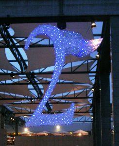 Specialbyggd juldekoration med blåa och vita ledbelysningar.