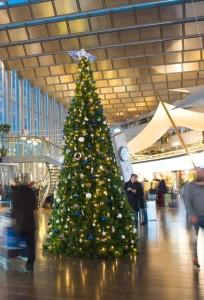 Stor plastgran med specialdekor och ledbelysning på Arlanda. Finns även för uthyrning.