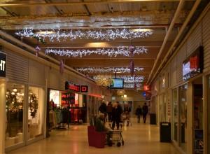 Vita isgirlanger med ledbelysning på köpcentrum