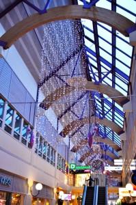 Stora ljusgardiner och juldekorationer