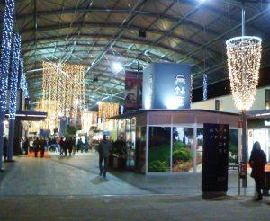 Ljusdraperier med vita leds och julbelysningar på lyktstolpar
