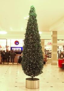 Konstgjord cypress med ledbelysning i aluminiumkruka. Ett bra alternativ till en vanlig julgran om man vill spara plats.