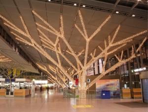 Ljusslingor som fästs på pelare och balkar skapar ett intryck av stora ljusträd