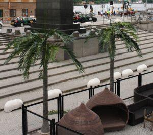 Konstgjorda palmer på Debasers uteservering.