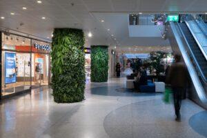 Växtvägg med naturtrogna konstväxter