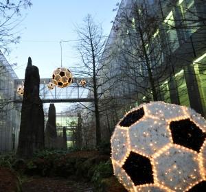 Stora fotbollar är ett exempel på udda julbelysningar