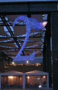 Specialbyggd logotype av blåa och vita leds. Den är 600 cm hög.