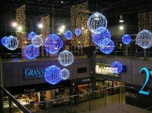 Stora bollar i blått och vitt med ledbelysning och vita ljusgardiner.