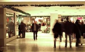Granrisgirlanger med ledbelysningar i köpcentrum