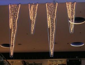 Stora hängande isdekorationer i köpcentrum