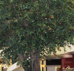Konstgjort äppelträd med röda äpplen.