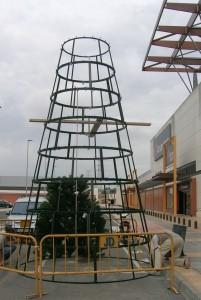 Stor plastgran utomhus. En metallkonstruktion som håller i alla väder.