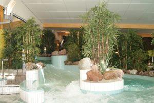 Konstgjorda palmer och konstgjord bambu i äventyrsbad.