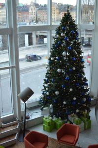 Stor plastgran med ledbelysningar och dekor på Hilton Slussen