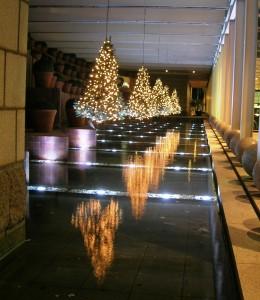 Plastgranar som hänger och speglar sig i vattnet på Hotel Arts i Barcelona
