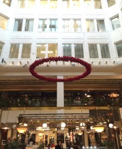 Stor specialkrans gjord av röda julstjärnor