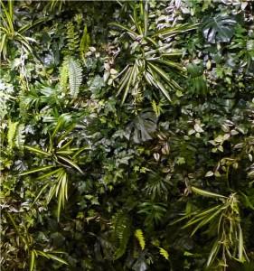 Växtvägg av konstgjorda växter och plastblommor.