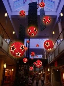 Stora stjärnbollar i röd färg med ledbelysning