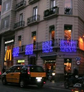 Ljusdraperier med blå leds och snowfalls på Mc Donalds i Barcelona