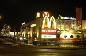 Ljusgardiner med vita leds på fasad McDonalds