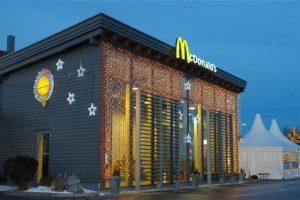 Ljusgardiner och stjärnor med leds på fasad