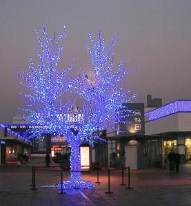 Stort ljusträd uppbyggt av blåa ljusslingor