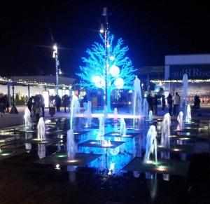 Stort specialbyggt ljusträd med blåa ledbelysningar