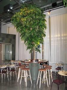 Stora konstgjorda växter på restaurang Mother