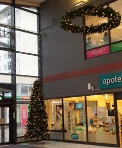 Stora granriskransar och julgranar med ledbelysning och dekor.