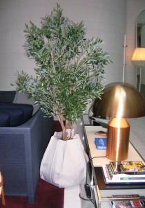 Konstgjort olivträd planterat i Plant Sac på Nobis Hotel.