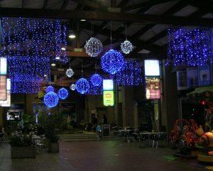 Stora ljusbollar med ledbelysning som kan vikas ihop under transport och förvaring