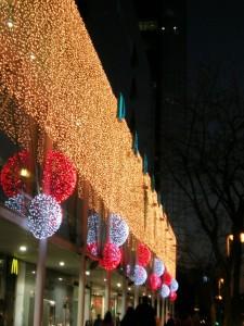 Stora bollar och ljusgardiner på fasad, Barcelona.