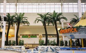 Stora konstgjorda växter i form av palmer
