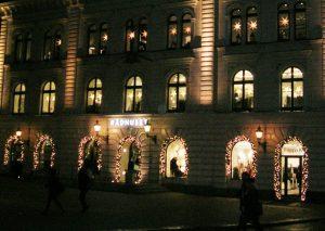 Granrisgirlanger med ledbelysningar på fasad