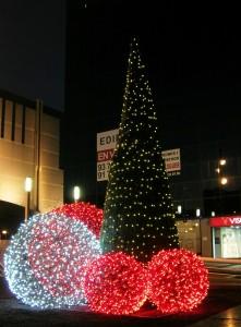 Cone tree och stora rotting bollar i olika färger med ledbelysningar