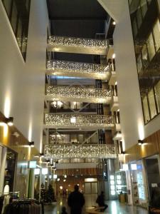 Dekorativa ljusdraperier på inomhustorg
