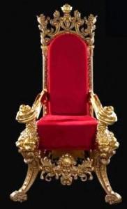 En klassisk tomtestol i rött och guld