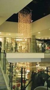 Stor, spiralformad julbelysning i köpcentrum