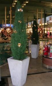 Konstgjorda cypresser med juldekor i Täby Centrum.