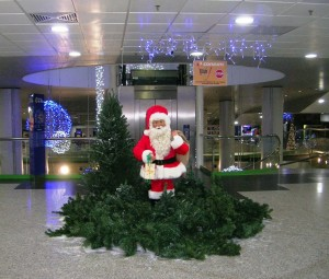 Verklighetstrogen jultomte som rör på sig i ett landskap med granar och snö