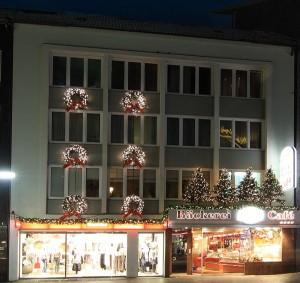 Stora granriskransar och granrisgirlanger med ledbelysning på fasaden