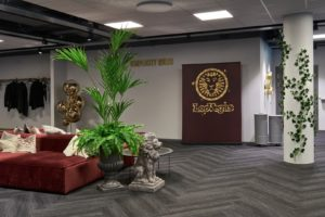 Naturtrogen kentiapalm och ormbunke hos LeoVegas