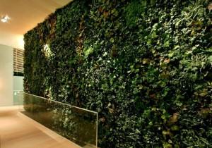 Växtvägg med konstgjorda växter