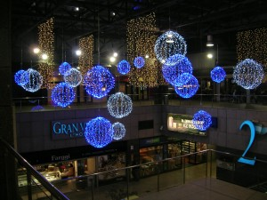 Bollar med blåa och vita ledbelysningar på köpcentrum